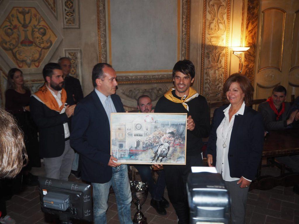 consegna del Trofeo Centro del Mondo a Luca Innocenzi